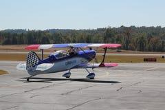 Aerobatic Bremsungs-Pilot und Flugzeug Stockfoto
