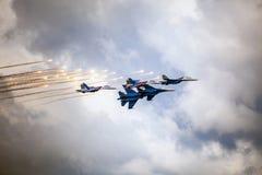 Aerobatic drużyn Rosyjscy rycerze na samolotach MiG-29 na th (vityazi) Obrazy Stock