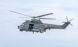 Aerobatic elicopter steuert Training im Himmel der Stadt Puma elicopter, Marineübung Aeroshow Stockbilder