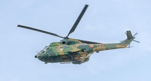 Aerobatic elicopter steuert Training im Himmel der Stadt Puma elicopter, Marine, Armeeübung Lizenzfreies Stockbild
