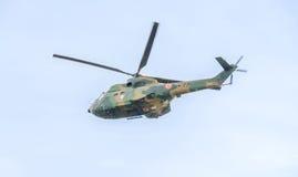 Aerobatic elicopter steuert Training im Himmel der Stadt Puma elicopter, Marine, Armeeübung Stockbilder