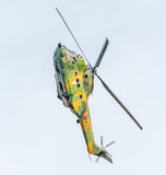 Aerobatic elicopter steuert Training im Himmel der Stadt Puma elicopter, Marine, Armeeübung Stockfoto