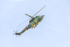 Aerobatic elicopter steuert Training im Himmel der Stadt Puma elicopter, Marine, Armeeübung Lizenzfreies Stockfoto