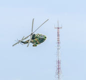 Aerobatic elicopter steuert Training im Himmel der Stadt Puma elicopter, Marine, Armeeübung Stockfotos