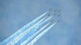 Aerobatic Fliegenanzeige durch schwarzes Eagles von der Republik von Korean Air-Kraft (ROKAF) in Singapur Airshow Lizenzfreie Stockbilder
