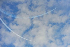 Aerobatic Fliegenanzeige durch schwarzes Eagles von der Republik von Korean Air-Kraft (ROKAF) in Singapur Airshow Lizenzfreie Stockfotografie