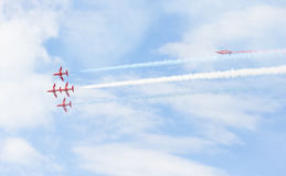 Aerobatic Flugzeigung des roten Pfeiles in Tallinn, Estland Lizenzfreie Stockfotos