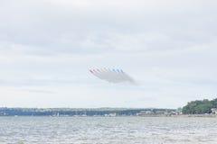 Aerobatic Flugzeigung des roten Pfeiles in Tallinn, Estland Stockfotografie
