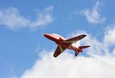 Aerobatic Flugzeigung RAF Red Arrows in Tallinn, Estland Lizenzfreie Stockfotografie
