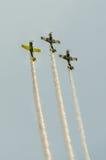 Aerobatic Flugzeug steuert Training im Himmel der Bukarest-Stadt, Rumänien Farbiges Flugzeug mit Spurnrauche Lizenzfreie Stockfotos