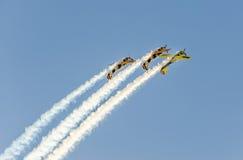 Aerobatic Flugzeug steuert Training im Himmel der Bukarest-Stadt, Rumänien Farbiges Flugzeug mit Spurnrauche Stockbild