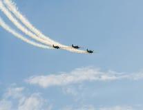 Aerobatic Flugzeug steuert Training im Himmel der Bukarest-Stadt, Rumänien Farbiges Flugzeug mit Spurnrauche Lizenzfreies Stockbild