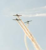 Aerobatic Flugzeug steuert Training im Himmel der Bukarest-Stadt, Rumänien Farbiges Flugzeug mit Spurnrauche Stockfoto