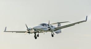 Aerobatic Flugzeug steuert Training im Himmel der Bukarest-Stadt, Rumänien Stockfotos