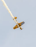 Aerobatic Flugzeugpilot-Jurgis Kairys-Training im Himmel der Stadt Farbiges Flugzeug mit Spurnrauche, airbandits, aeroshow Stockfotografie