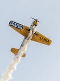 Aerobatic Flugzeugpilot-Jurgis Kairys-Training im Himmel der Stadt Farbiges Flugzeug mit Spurnrauche, airbandits, aeroshow Lizenzfreie Stockbilder