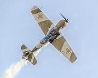 Aerobatic Flugzeugpilot-Jurgis Kairys-Training im Himmel der Stadt Farbiges Flugzeug mit Spurnrauche, airbandits, aeroshow Lizenzfreie Stockfotos