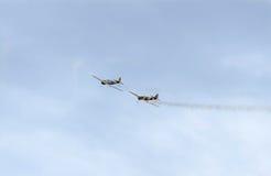 Aerobatic Flugzeugpilot-Jurgis Kairys-Training im Himmel der Stadt Farbiges Flugzeug mit Spurnrauche, airbandits, aeroshow Lizenzfreies Stockfoto