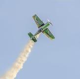 Aerobatic Flugzeugpilot-Jurgis Kairys-Training im Himmel der Stadt Farbiges Flugzeug mit Spurnrauche, airbandits, aeroshow Stockfoto