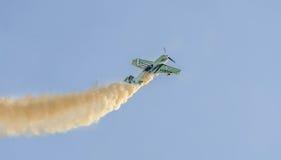 Aerobatic Flugzeugpilot-Jurgis Kairys-Training im Himmel der Stadt Farbiges Flugzeug mit Spurnrauche, airbandits, aeroshow Stockbild