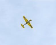 Aerobatic Flugzeugpilot-Jurgis Kairys-Training im Himmel der Stadt Farbiges Flugzeug mit Spurnrauche, airbandits, aeroshow Lizenzfreie Stockfotografie