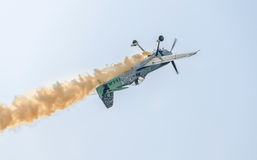 Aerobatic Flugzeugpilot-Jurgis Kairys-Training im Himmel der Stadt Farbiges Flugzeug mit Spurnrauche, airbandits, aeroshow Stockfotos