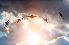 Aerobatic Gruppenbildung am blauen Himmel während Lizenzfreie Stockfotos
