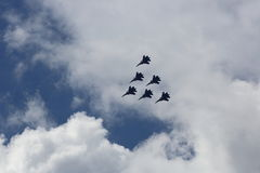 Aerobatic Gruppenbildung am blauen Himmel während der Flugschau Stockfotos
