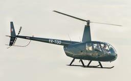 Aerobatic Hubschrauber steuert Training im Himmel der Bukarest-Stadt, Rumänien Stockfoto