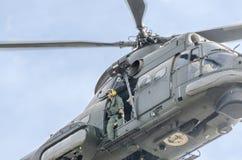 Aerobatic Hubschrauber steuert Training im Himmel der Stadt Puma elicopter, Marineübung Aeroshow Lizenzfreie Stockbilder