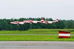 Aerobatic lag TS-11 Iskra för stråle - nivåer flyger upp. Royaltyfria Bilder