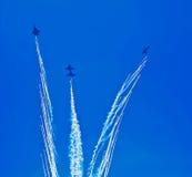 Aerobatic lagdanandeloopings i luften Arkivfoton