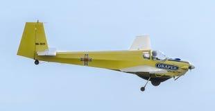 Aerobatic motorplane pilota szkolenie w niebie miasto (sailplane) ICA IS-28, aeroshow Obrazy Royalty Free