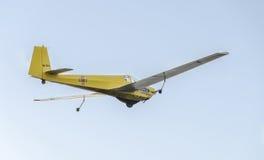 Aerobatic motorplane (sailplane) Pilottraining im Himmel der Stadt ICA IS-28, aeroshow Lizenzfreie Stockfotos