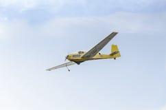Aerobatic motorplane (sailplane) Pilottraining im Himmel der Stadt ICA IS-28, aeroshow Stockbild