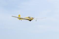 Aerobatic motorplane (sailplane) Pilottraining im Himmel der Stadt ICA IS-28, aeroshow Lizenzfreies Stockbild
