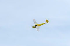 Aerobatic motorplane (sailplane) Pilottraining im Himmel der Stadt ICA IS-28, aeroshow Stockfotografie