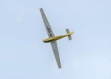 Aerobatic motorplane (sailplane) Pilottraining im Himmel der Stadt ICA IS-28, aeroshow Lizenzfreie Stockbilder