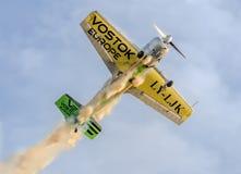 Aerobatic Piloten, die im blauen Himmel, Flugzeuge mit farbigem Spurnrauche ausbilden Lizenzfreie Stockfotos