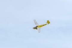 Aerobatic pilotutbildning för motorplane (sailplane) i himlen av staden ICA IS-28, aeroshow Arkivbild