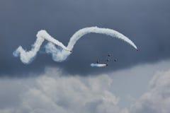 Aerobatic Team, das von der Faßrolle kommt Lizenzfreies Stockfoto
