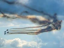 Aerobatic Team der TrainingsDüsenflugzeug macht eine Wendung Stockfotos