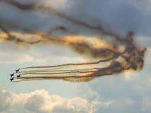Aerobatic Team der TrainingsDüsenflugzeug macht eine Wendung Lizenzfreies Stockfoto