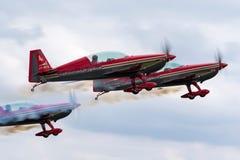Aerobatic Team Extra-EA-300L JY-RFB Royal Jordanian-Falcons entfernt sich in der Bildung für eine Anzeige Lizenzfreies Stockbild