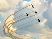 Aerobatic Team mit vier macht das Ausbildungsdüsenflugzeugn eine Wendung Stockbild