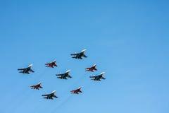 Aerobatic Team Swifts und russische Ritter auf den Kämpfern MiG-2 Lizenzfreie Stockfotografie