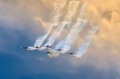 Aerobatic Teamflugzeugkämpferspur des Rauches im Himmel Lizenzfreie Stockfotografie