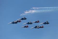 Aerobatic Teams Swifts und russische Ritter Stockfoto