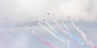 Aerobatic Zeigung RAF Red Arrowss in Tallinn, Estland Lizenzfreie Stockfotos
