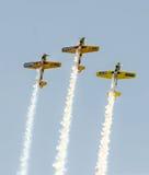 Aerobaticpiloten die in de hemel van de Stad van Boekarest, Roemenië opleiden Gekleurd vliegtuig met spoorrook Royalty-vrije Stock Fotografie